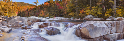 Flod till och med nedgånglövverk, New Hampshire, USA Arkivfoton