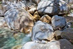 Flod till och med Samaria Gorge Royaltyfri Bild