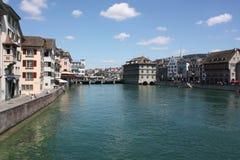Flod till och med Zurich den gamla staden Schweiz Royaltyfria Bilder