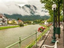 Flod Traun i dåliga Ischl på en molnig dag royaltyfria foton