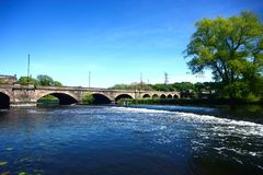 Flod Trent och Trent Bridge, Burton på Trent royaltyfri fotografi