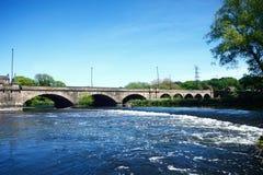 Flod Trent och Trent Bridge, Burton på Trent royaltyfri bild