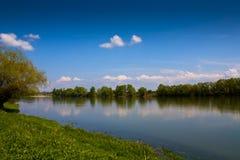 Flod under blå himmel Royaltyfria Bilder