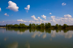 Flod under blå himmel Arkivfoto
