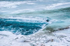 Flod under den djupfrysta floden Arkivfoto