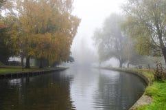 Flod under höst i Cambridge under dimma Royaltyfria Foton