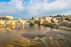 Flod Vardar med den gamla bron royaltyfri bild