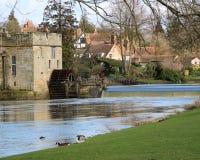 Flod vid en slott Arkivbild