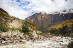 Flod Vilcanota - drevritten till Machu Picchu Arkivbild