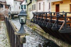 Flod Vlata i Cesky Krumlov, Tjeckien royaltyfria bilder