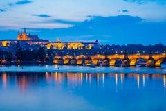 Flod Vltava, Charles Bridge Prague Czech Republic Royaltyfria Foton
