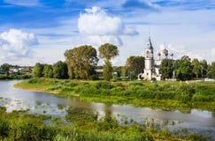 Flod Vologda och kyrka av presentationen av Herren, Vologda, Ryssland Royaltyfri Foto