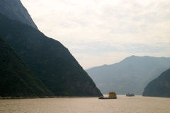 Flod yangtze som chongching wuhan med berget Arkivbild