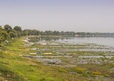 flodbank med massor av fartyg Arkivfoton