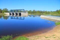 Flodbanken till Sheshupa på den rekonstruerade tyska fördämningen Royaltyfri Fotografi