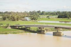Flodbro i bygd Royaltyfria Bilder