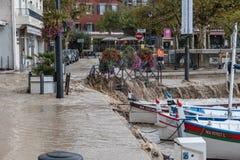 Flodding im Cassis Sept13, der in den Hafen einsteigt lizenzfreies stockfoto