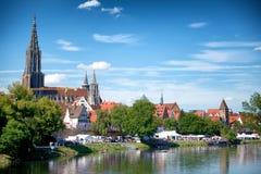 FlodDonau- och Ulm horisont med Ulmer Munster Arkivbild