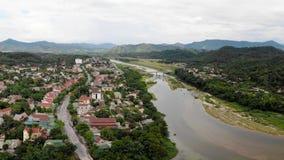 Floden är den bosatta källan av folk och berg arkivbilder