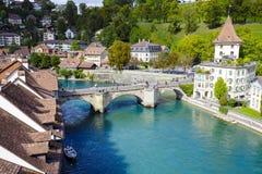 Floden Aare flödar till och med staden Royaltyfria Bilder