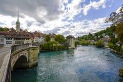 Floden Aare flödar till och med staden av Bern Royaltyfri Fotografi