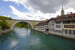Floden Aare flödar till och med staden av Bern Arkivbild