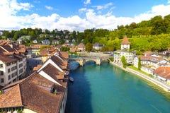Floden Aare flödar till och med staden av Bern Royaltyfri Bild