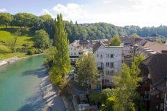 Floden Aare flödar till och med staden av Bern Arkivfoton