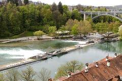Floden Aare flödar till och med staden av Bern Arkivbilder