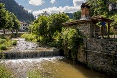 Floden av byn av Shiroka Laka Det placeras i dalen av den Shirokoloshka floden i den Shirokata Luka lokaliteten, arkivfoto