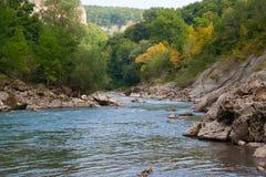 Floden Belaya är i västra Kaukasus royaltyfri fotografi