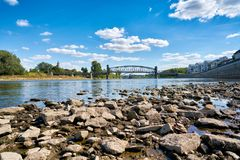 Floden Elbe i Magdeburg på lågvatten Royaltyfria Bilder