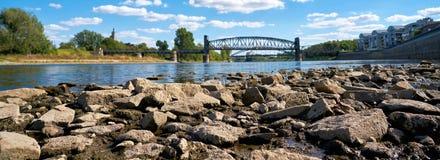 Floden Elbe i Magdeburg på lågvatten Royaltyfri Fotografi
