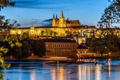 Floden för helgonet Vitus Cathedral och Vltava i afton tänder, Prague Royaltyfria Bilder