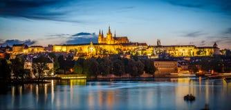 Floden för helgonet Vitus Cathedral och Vltava i afton tänder, Prague Arkivfoto