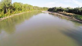 Floden flödar i skogen 9 lager videofilmer