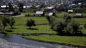 Floden flödar nära bygden lager videofilmer