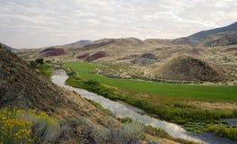 Floden flödar till och med jordbruksmark John Day National Monument Oregon Royaltyfri Fotografi