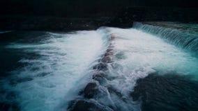 Floden flödar till och med regnskogen lager videofilmer