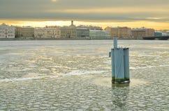 Floden flödar till och med staden arkivbild