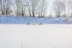 Floden fryste i vintern Is på floden Arkivbild