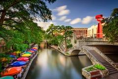 Floden går i San Antonio Royaltyfri Fotografi