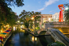 Floden går i San Antonio Texas Royaltyfri Foto