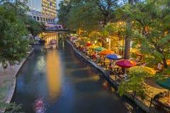Floden går i San Antonio Texas Royaltyfri Bild