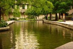 Floden går i San Antonio TX royaltyfria foton