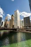Floden går med stads- skyskrapor i Chicago, Förenta staterna royaltyfri foto