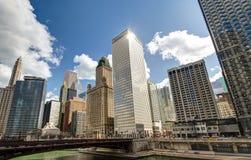 Floden går med stads- skyskrapor i Chicago, Förenta staterna Arkivfoton