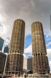 Floden går med stads- skyskrapor i Chicago, Förenta staterna royaltyfri fotografi