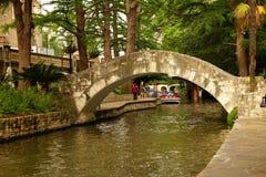 Floden går San Antonio arkivfoton
