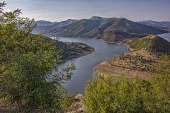 Floden har de ovanligt härliga curvesmeandersna som spolar i enorm stenig mass Arkivfoto